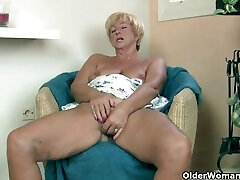 Stambusis močiutė masturbates