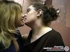 Du išsipūtęs mėgėjų lesbietės surašyti ir bučiavosi biuras