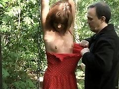 Adolescente schiavo legato spanked e scopata nel bosco