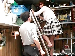 Troia matura viene scopata da un gatto