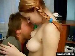 Splendida dai capelli rossi teen con ferma al seno adora tenero amore