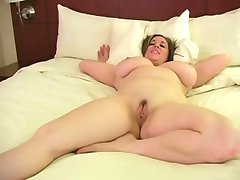 A Chubby Mom fingers herself
