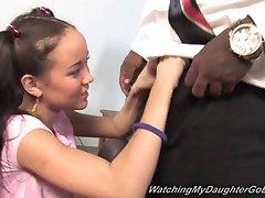 Sramota hči ima veliko črno kurac pred očeta
