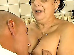 Brunetė busty sena mama gauna didelis gaidys pakliuvom jaunesnis vaikinas