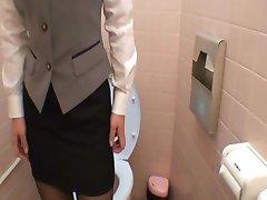 Švelniai liesdami pūlingas, tualetas