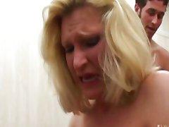 Blond tibi üritab oma esimese anal