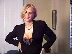 Kinky MILF ανοίγει τα μουνόχειλα και αναδεικνύει creampie