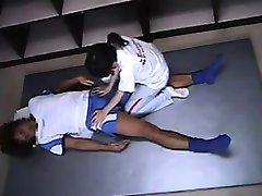 Aasia massöör annab tema patsient kena massaaž istub