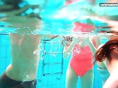 3 gola dekleta imajo zabavo v vodi