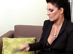 Sexy femme au foyer gang-bang