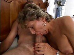 Mature se fait sale de son cul baisé