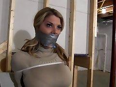 Chesty Blondinka Umirjeno z Zip Vezi & Gagged