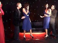 Britanski Ženski dvojčka in prijatelj priti zajebal na odru