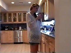 Ema Köögis (suitsetamine kinnismõte roleplay, softcore)