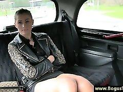 Kåt taxi babe amatör fingrar genom cabbie