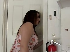 Juggy housewife Lanie Morgan gives a titjob before a super-hot hook-up