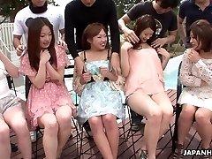 Азиаты получают свои мокрые киски пальцами очень глубоко