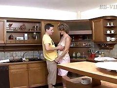 guy fucks kuum küps ema köögis