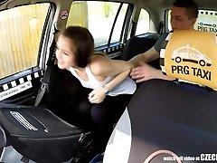 Χαριτωμένος Έφηβος Παίρνει ένα Ελεύθερο Ταξί