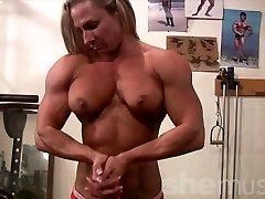 Ženski Bodybuilder Undresses v Telovadnici