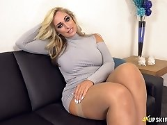 UK MILF with blonde hair Kellie OBrian is always well-prepped to showcase booty