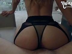 mlada amaterka, po strastnem seksu nateguje svojo rit