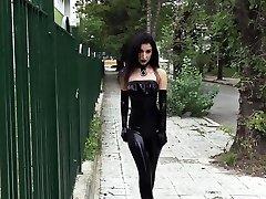 Ultra seksi goth dekle nosil črno šminko v javne
