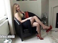 Kuum noor blond seljas seksuaalse ja väga erootiline kõrge kontsaga kingad