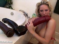 Busty milf squirting iz ogromen dildo