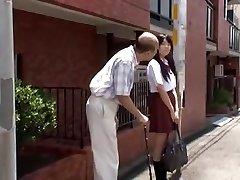 jeune ã©coliãre japonezii estã©duit par le vieil homme en bus