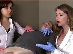Ženské lékaři ponížit malý péro