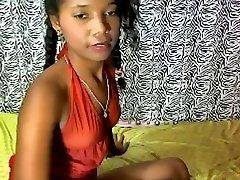 De pele escura brasileiro teen