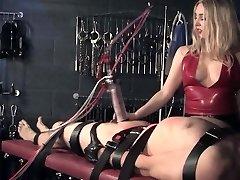 Inglese femdom punisce sub con la macchina