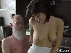 Oude Gaat een tiener Sexy brunette Gerra en haar man
