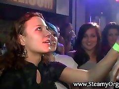 Tieners genieten van strippers op een feestje