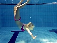 Hot Elena shows what she can do under water