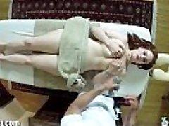TrickySpa Siri Zuigt Pik van Voyeur masseur