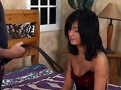 Negra quente do cabelo do adolescente recebe uma palmada no quarto