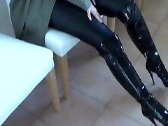 Pretty girl squirts on fucking machine