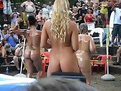 Meninas quente ao ar livre de óleo de wrestling e coisas em ponderosa