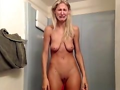 Super-bitch with saggy tits has hefty breakdown on livecam