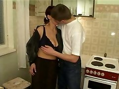 Dude with friends fucks mature mom in the kitchen