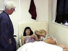 Starší Brit proužky pro zlobivé CFNM holky
