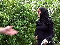 Taxi driver plumbs cheeky muslim girl