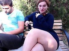 Teen dame pisst public outdoor
