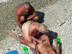 Treibe es am Strand mit Trio fremden Kerlen