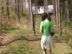 Stari noseča nekaj zapeljati teen v gozdu