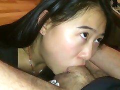 Asian dekle deepthroating beli petelin