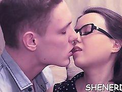 Mladi med u naočalama zadovoljava njegove tajne želje
