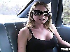 Big prsi blondinka razkazuje svoje cocksucking sposobnosti v avtomobilu